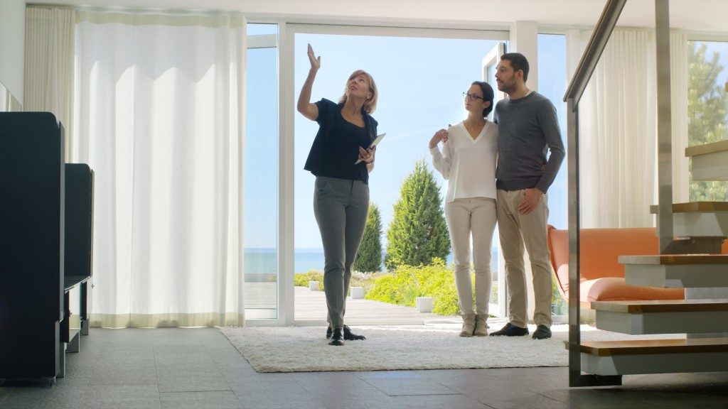 broker with couple