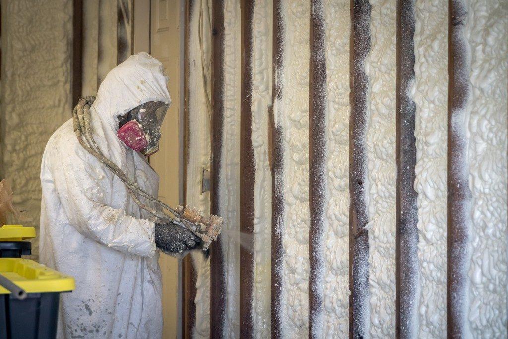 Spraying polyurethane foam