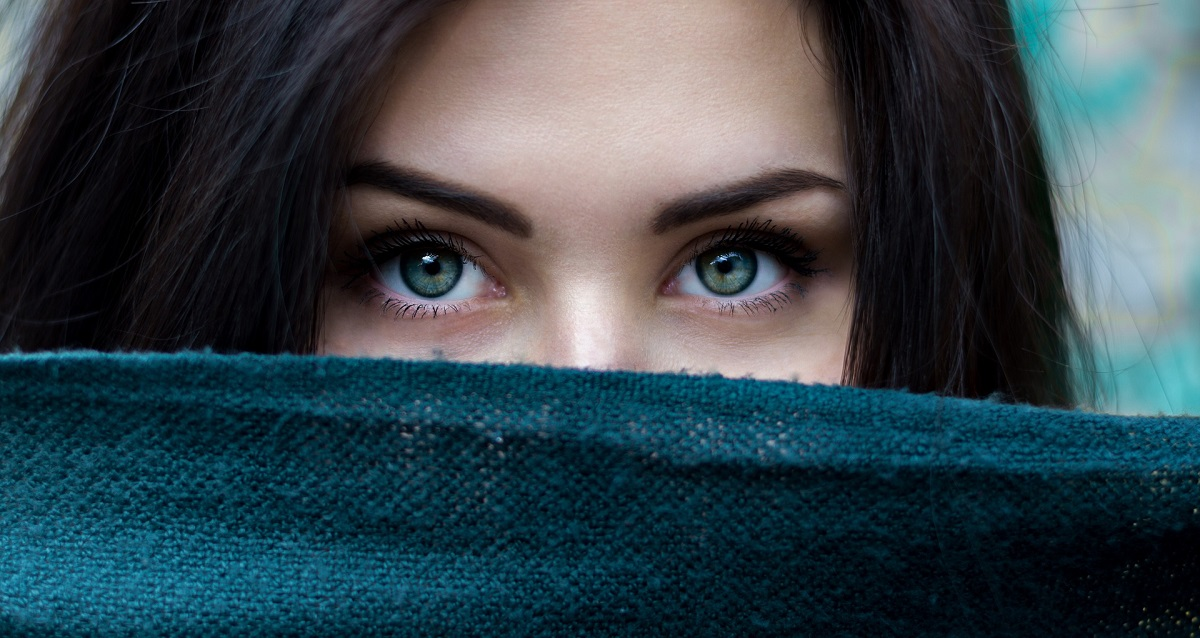 woman with dark eyebrows